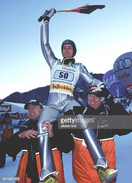 Sportler Skispringen DVierschanzentournee 2001/2002Springen in Bischofshofen Bundestrainer Reinhard Heß und Trainer Wolfgang Steiert tragen den...