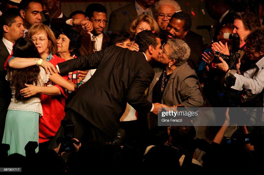 097492.ME.0517.election.GMF–Surrounded by family and supporters, Antonio Villaraigosa celebrates his : Nachrichtenfoto