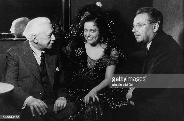 Sängerin, Opernsängerin, Sopran, Österreichals 'Donna Diana' mit dem Komponisten Reczinicek und dem Autor Kapp- 1940