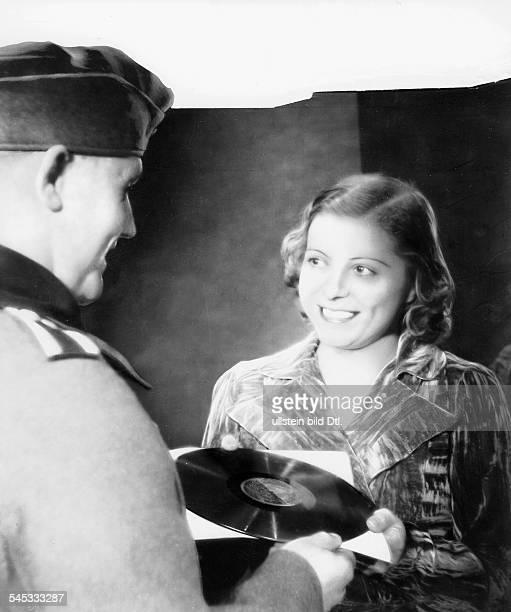 Sängerin, Opernsängerin, Sopran, Österreichmit einem 'Fan'- 1940
