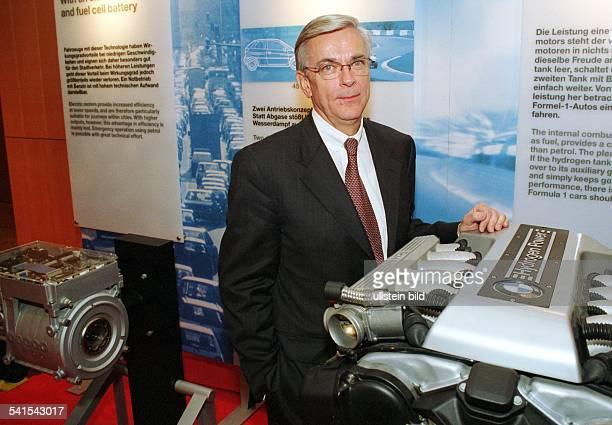Manager DVorstandsvorsitzender des Autoherstellers BMW AG mit einem BMWWasserstoffmotor