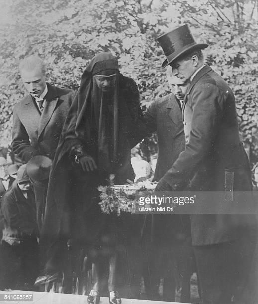 Politiker, DVP, DReichskanzler 1923Reichsaussenminister 1923-1929Frau Käthe Stresemann mit ihren Söhnen Wolfgang und Hans-Joachim am Grabe auf dem...