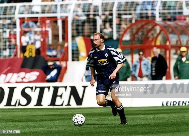 Sportler Fussball D im Trikot von Werder am Ball Mai 1997