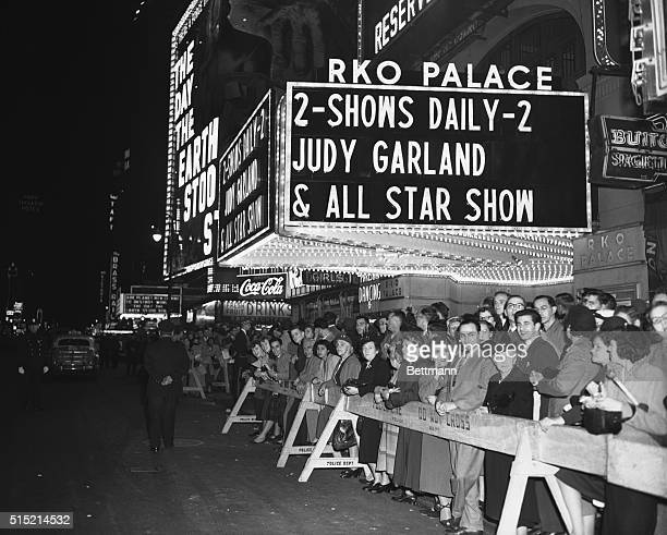 New York NY In addition to the seventeenhundred lucky people inside the theatre thousands watch celebrities enter the Palace Theatre for the...