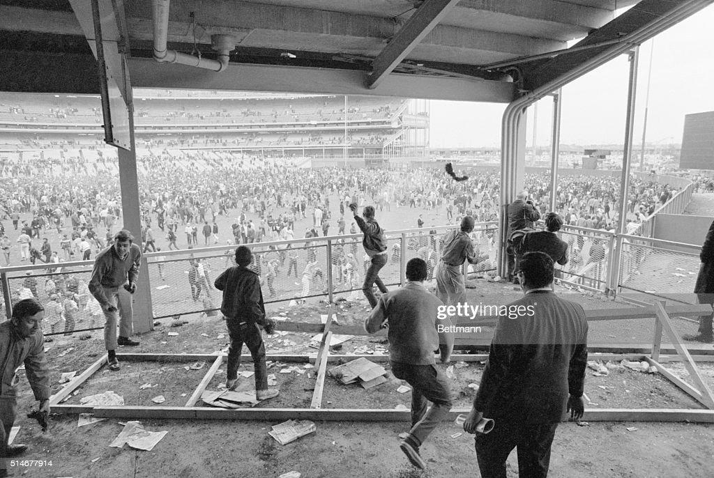 Baseball Fans Crowd Field After Met Win World Series : ニュース写真