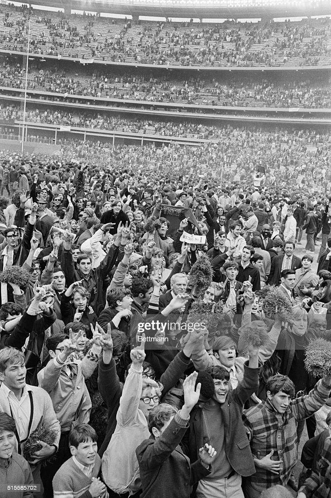 Fans On Field Of Shea Stadium; Champions : ニュース写真