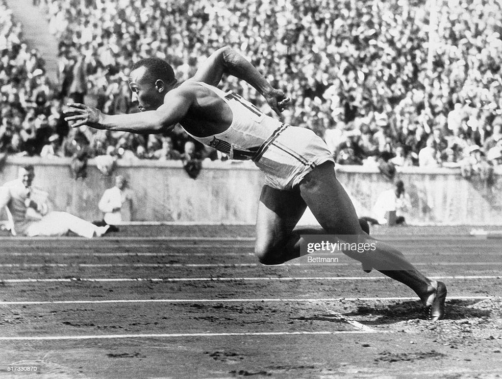 Jesse Owens at Start of Race : News Photo