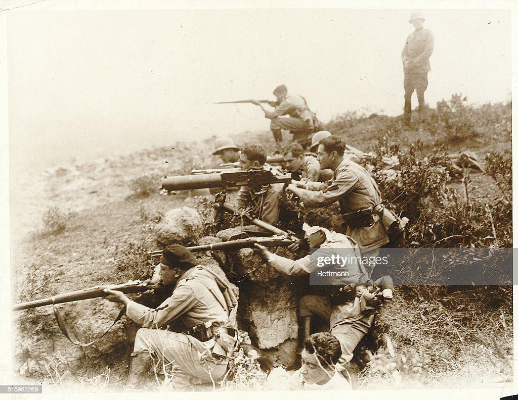 Machine Gunners Train with Weapons : News Photo