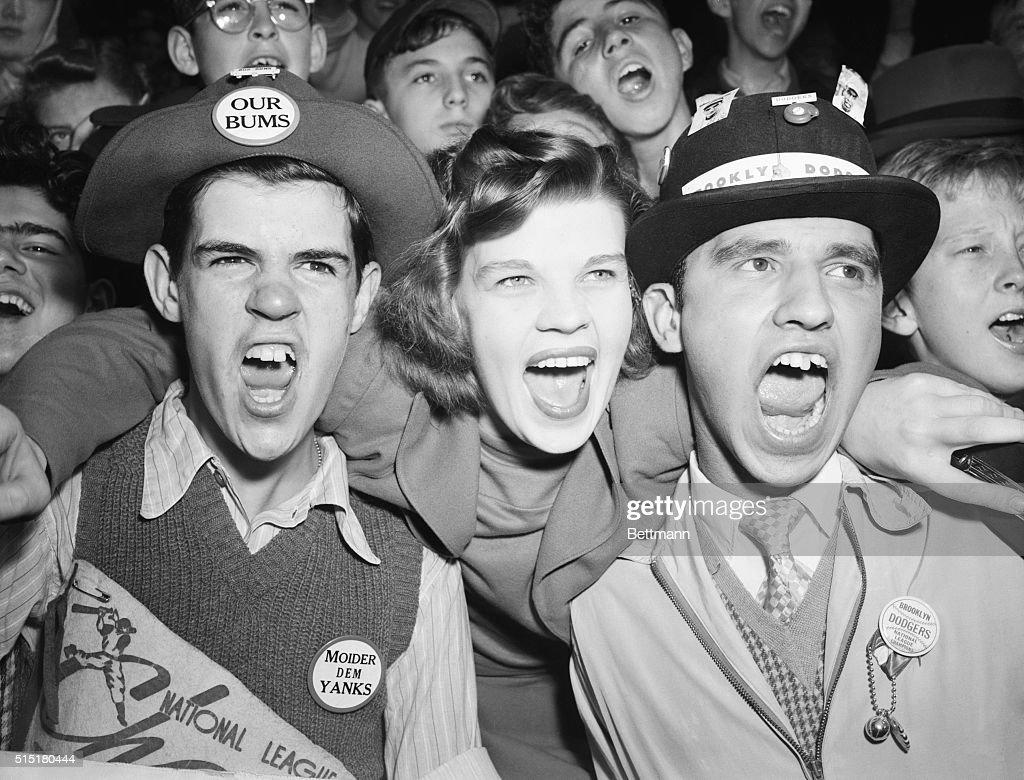 Cheering Brooklyn Dodgers Fans : ニュース写真