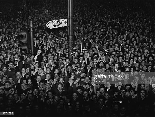 Crowds of Londoners gather around Piccadilly Circus to celebrate Japan's surrender