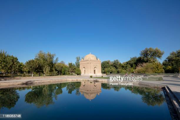 10th century samanid mausoleum devoted to one of the last persian dynasties that rules central asia, bukhara - mausoleum stock-fotos und bilder