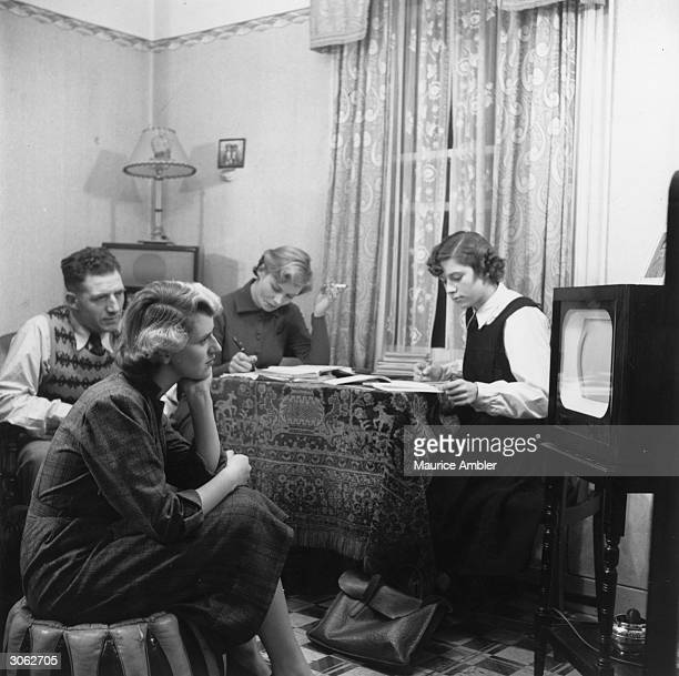 Nineteen year old Veronica Hurst, RADA student who has been offered a film contract is watching television with her family. When not acting her main...