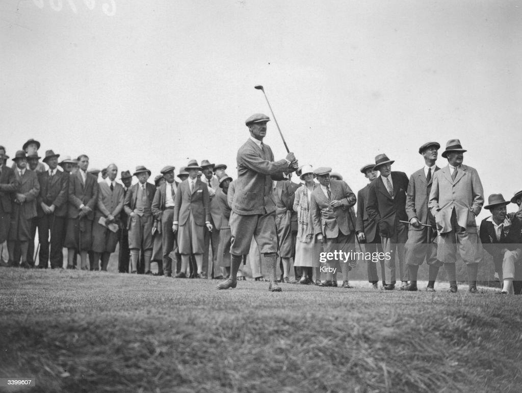 Watching Golfer : Nachrichtenfoto
