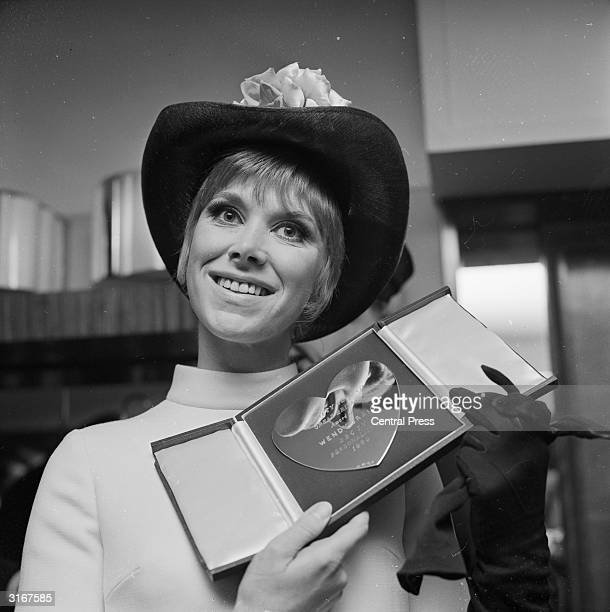 The actress and TV personality Wendy Craig with her award for 'BBC TV Personality of 1969' for her performance in the BBC series 'Not in Front of the...
