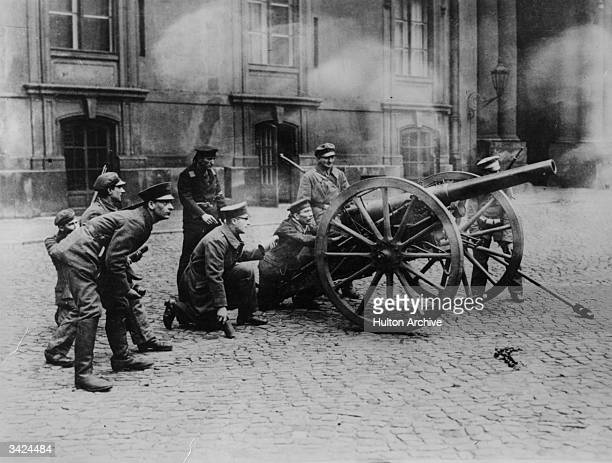 A field gun in action in the courtyard of the Royal Palace Berlin manned by soldiers and sailors of the Soldiers Council during the uprisings...