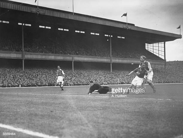Arsenal goalkeeper George Swindon is beaten by Everton inside left Stephenson for Everton's first goal