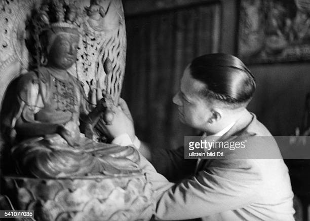 Politiker I im Arbeitszimmer seines Amtssitzes imPalazzo Chigi in Rom vor eineraltjapanischen Gottheit dem Geschenkeiner Delegation der japanischen...