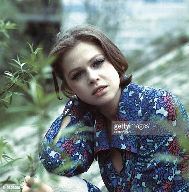 Schauspielerin BRDPorträt neben einem Strauch 1969