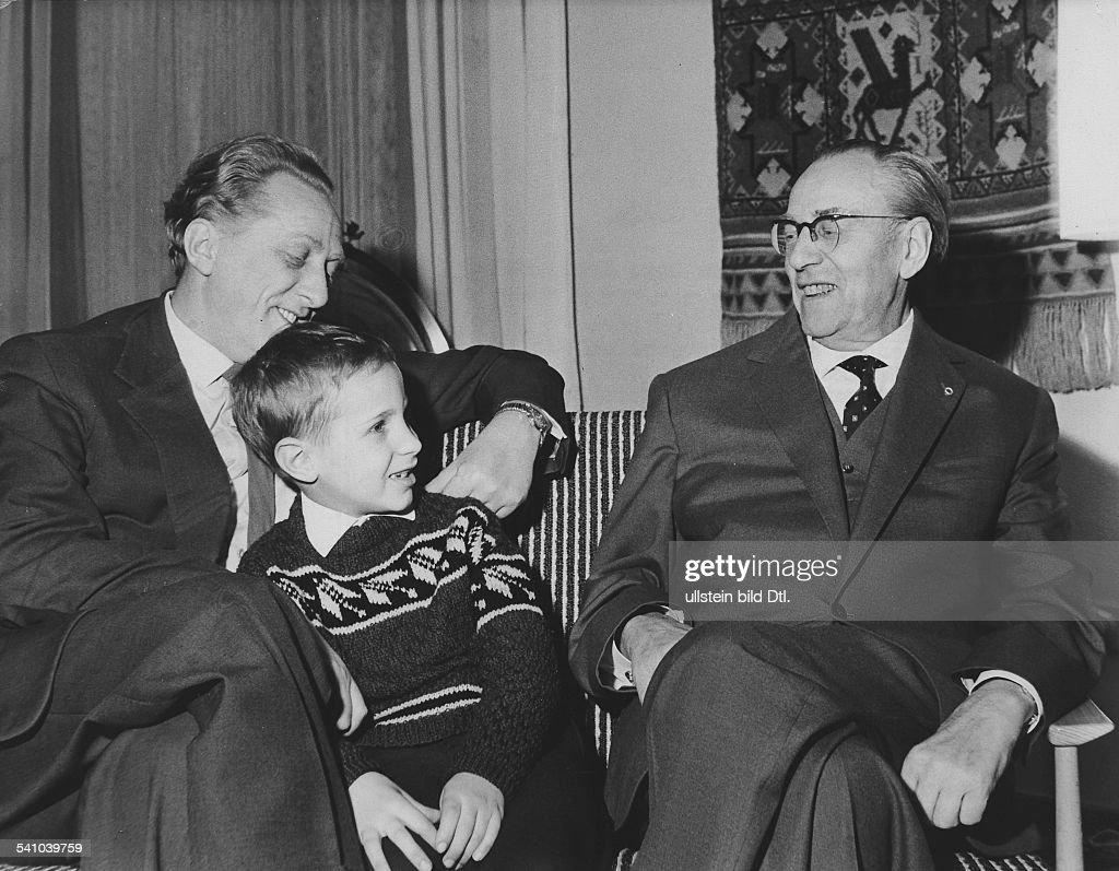 Otto Grotewohl, Politiker, SED, DDR, mit Sohn und Enkel : News Photo