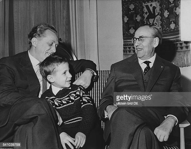 *11031894Politiker SPD/SED DDRErster Ministerpräsident der DDRmit Sohn und Enkel