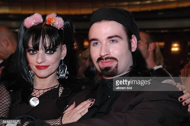 """Sängerin, Schauspielerin, Dmit Ehemann Rocco anläßlich ihrer Modepräsentation """"Mother of Punk in Köln"""