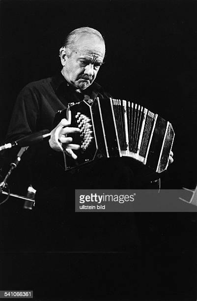 *Komponist Musiker Arrangeur Argentinienspielt Bandoneon bei einem Auftritt in Berlin 1986