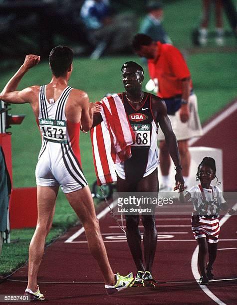 LEICHTATHLETIK 110m Huerden/Maenner ATLANTA 1996 29796 BRONZE SCHWARTHOFF/GER und GOLD MEDAILLEN Gewinner Allen JOHNSON/USA mit Tochter
