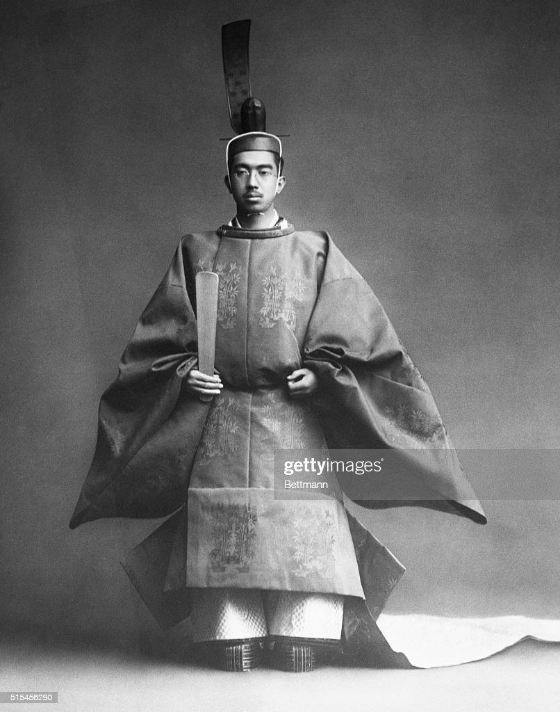 Emperor Hirohito in Coronation Robe : ニュース写真