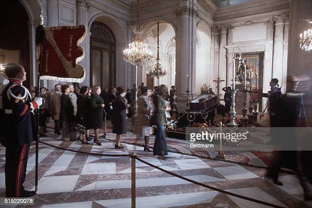 Madrid Spain Spaniards file past the bier of Generalissimo Francisco Franco lying in state at Madrid's Royal Palace Franco died early 11/20 after a...