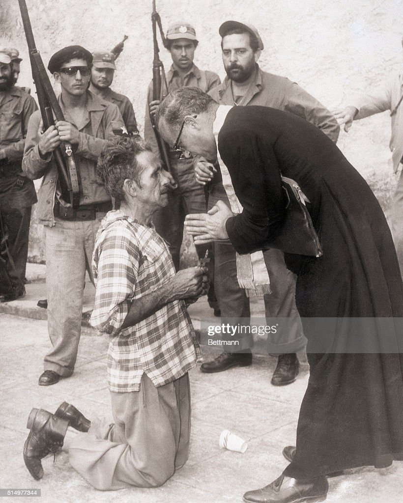 Father Domingo Lorenzo with Man About to be Executed : Foto jornalística