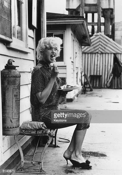 Hollywood sex symbol Jayne Mansfield breaks for lunch during the shooting of 'Too Hot To Handle' on Lambeth Pier