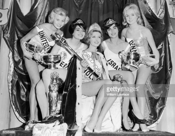The winner of the Miss World beauty pageant Miss Holland Corine Rottschafer poses with the four other finalists LR Miss United Kingdom Miss Peru Miss...