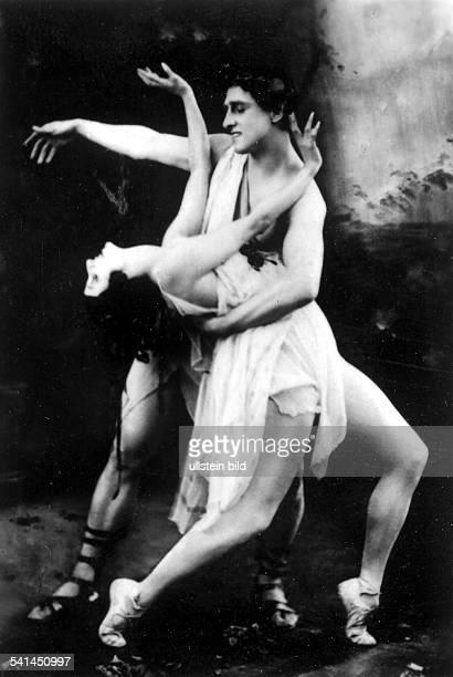 *12021881Ballettänzerin Tänzerin Russland Primaballerina des ehem Kaiserlichen Hofballetts Petersburgmit Tanzpartner Novikoff in einer Szene aus...