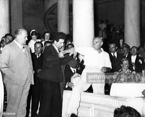 *12031881Politiker Türkei begibt sich bei einem Fest auf die Tanzfläche um einen Volkstanz zu zeigen 1936Fotografie von Ilse Steinhoff Werner Conitz