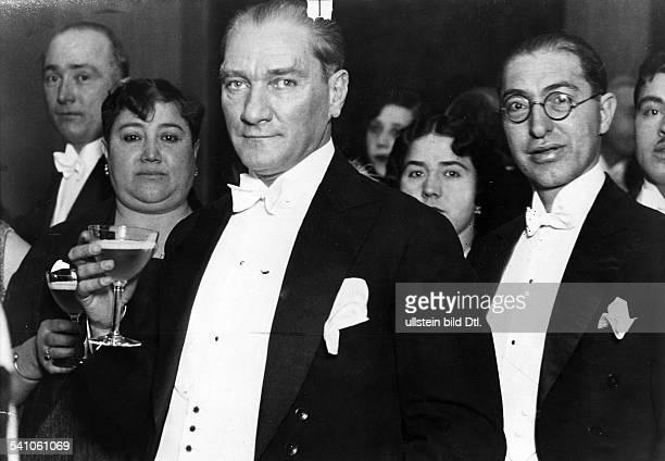 *12031881Politiker Türkeiam Rande der Hochzeit seinerAdoptivtochter NebileAufnahme Martin Munkacsyum 1929