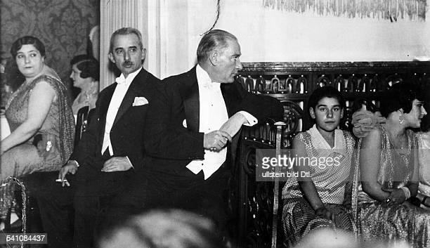*12031881Politiker Türkeibei der Hochzeit seiner Adoptivtochter Nebile 1929Fotografie von Martin Munkacsy