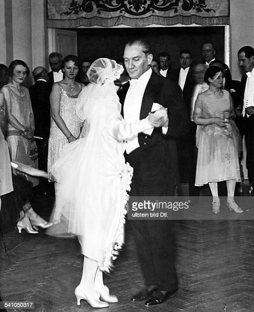 *12031881Politiker Türkeitanzt mit seiner Adoptivtochter Nebilebei deren HochzeitAufnahme Martin Munkacsyum 1929
