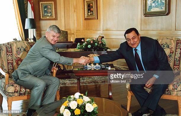 Politiker Bündnis 90 / Die Grünen DBundesaussenminister Hosni Mubarak Ministerpräsident Ägypten und Fischer schütteln sich die Hände während eines...