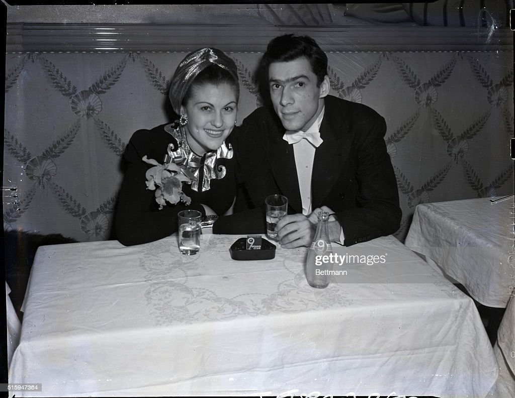 Man And Woman Having Drinks : News Photo