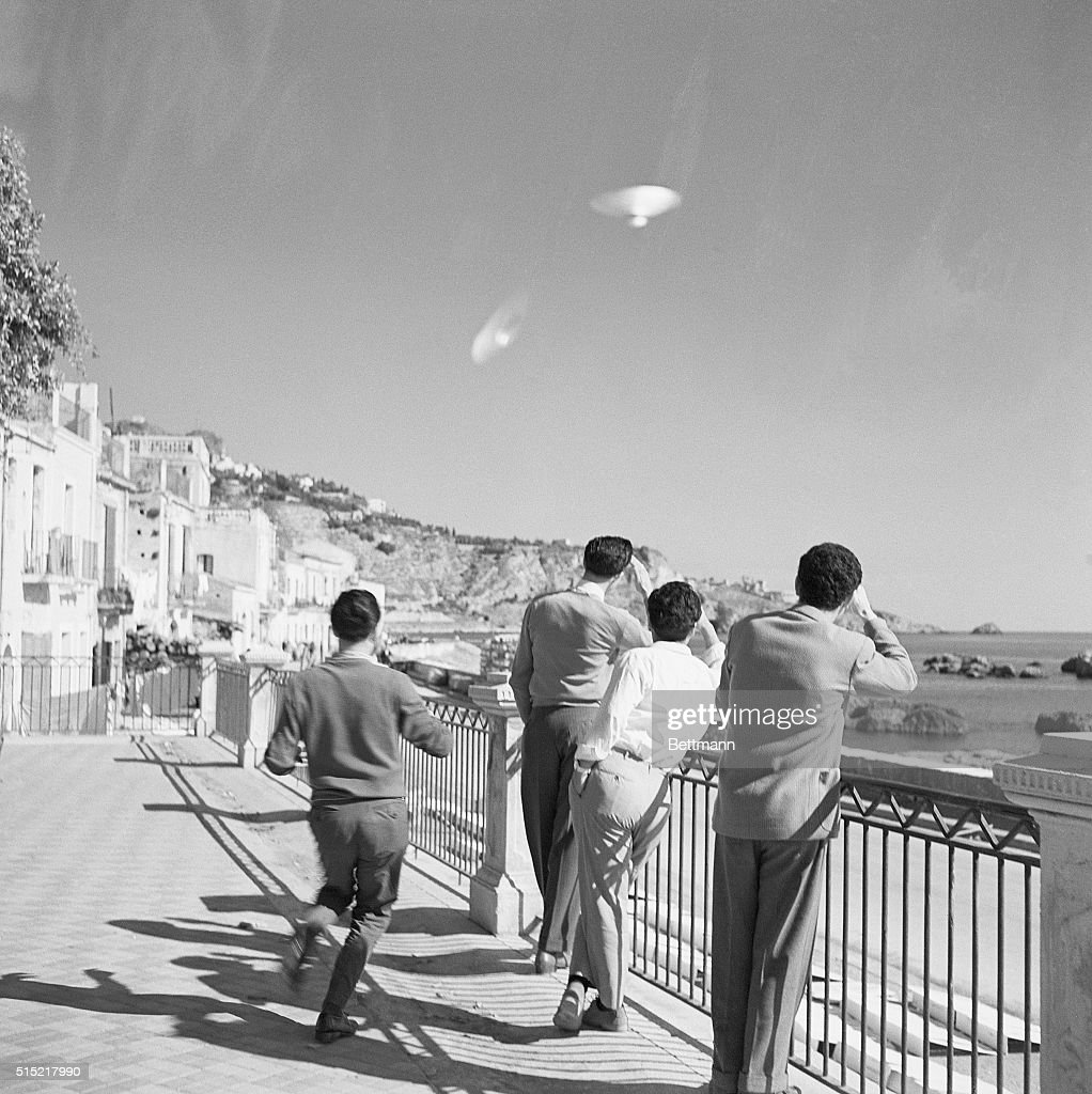 Four Men Gaze At UFOs In The Sky : News Photo