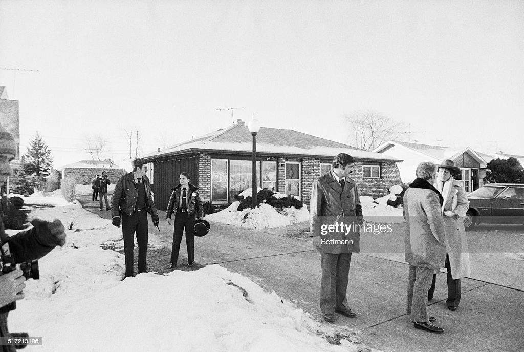 Police Outside Home of Serial Killer John Wayne Gacy : ニュース写真