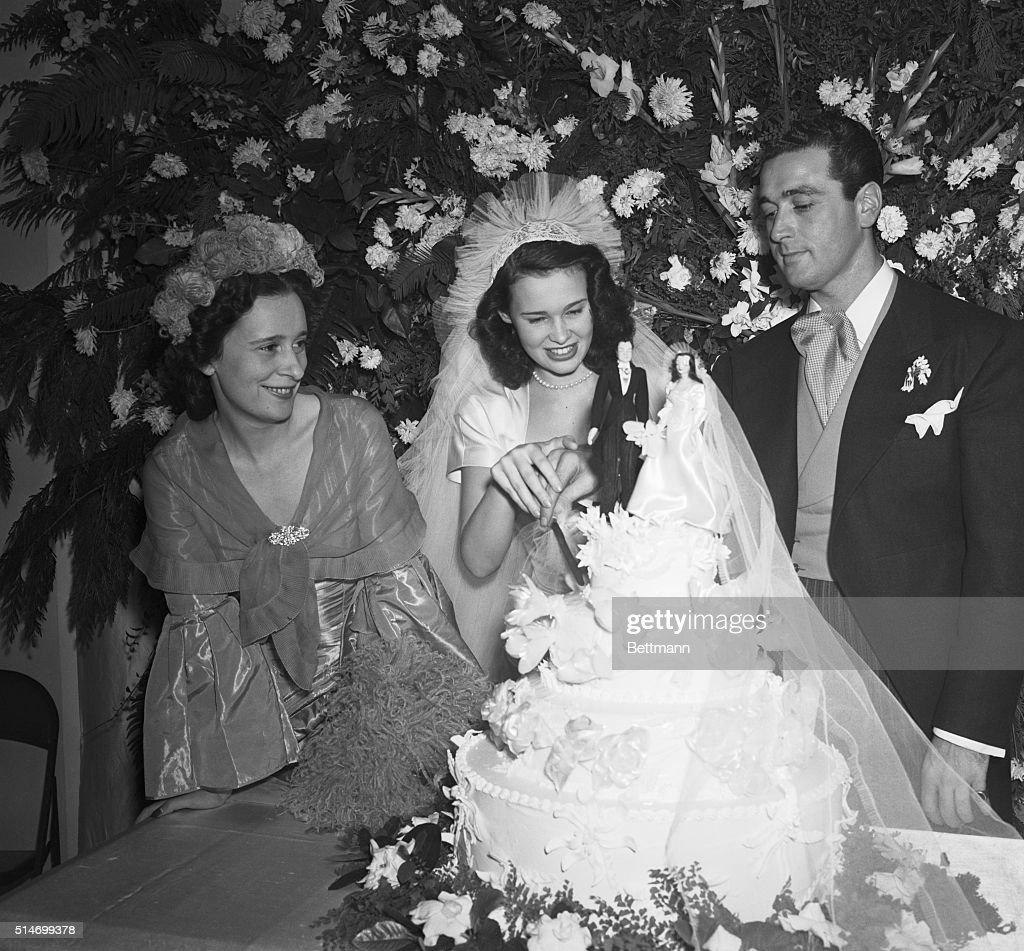 Gloria Vanderbilt And Groom Cut Cake : News Photo