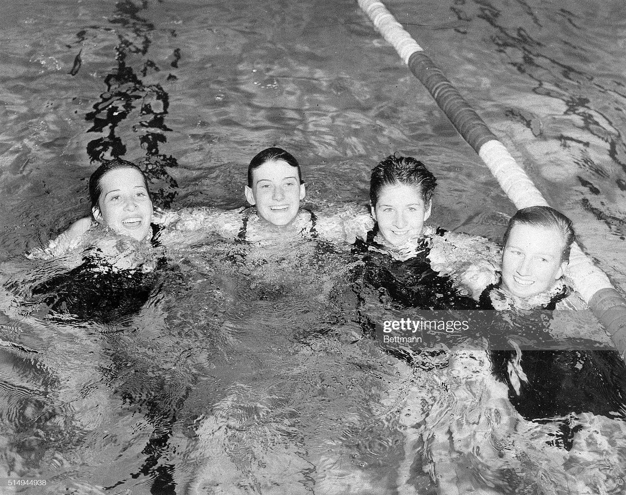 Women's Swimming Relay Team in Pool : Fotografía de noticias