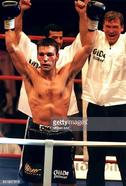 Sportler Boxen D nach dem Kampf um die WBOWeltmeisterschaft im Cruisergewicht gegenShaker' Randazzo reißt RalfRocchigiani die Arme hoch er...