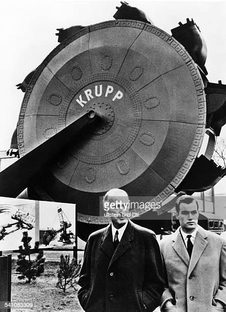Industrieller, D- mit seinem Sohn aus erster Ehe, Arndt von Bohlen und Halbach, vor einem Schaufelrad auf dem Krupp-Stand der Frühjahrsmesse in...