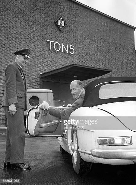 *Schauspieler Din seinem Mercedes 300 SL vor dem Tonstudio 5 auf dem ufaGelände in Berlin 1960