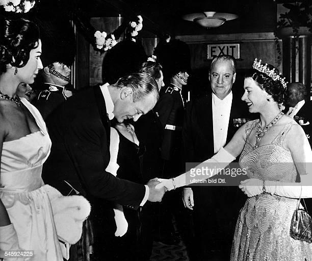*Schauspieler Dverneigt sich vor Königin Elisabeth II von England links seine Gattin Simone Bicheron 1959