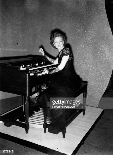 Ethel Smith playing a Hammond Organ to an audience at the London Palladium