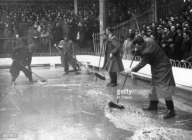 The kick off of the third round FA Cup replay between Leeds United FC and Tottenham Hotspur FC is delayed after heavy rain and the brushing of water...