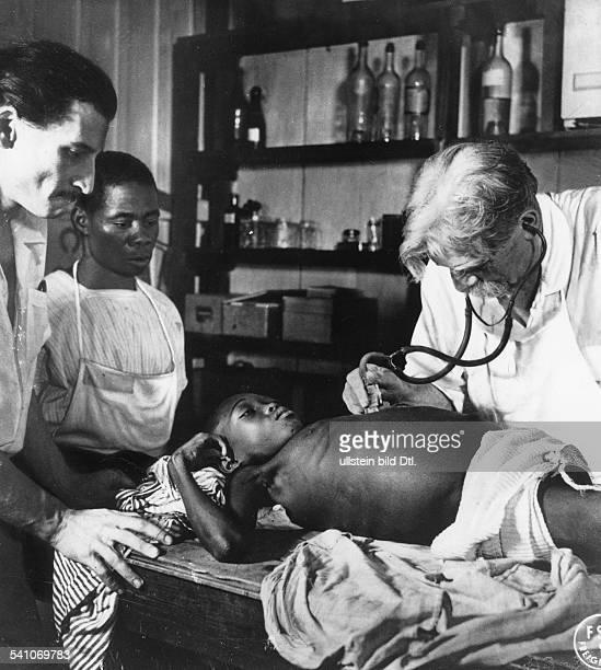 *14011875Arzt Theologebei einer Krankenbehandlung in seinemUrwaldhospital Lambarene